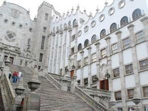 """¿Vienes a Guanajuato y no tienes una fotografía en las escalinatas de la """"Universidad de Guanajuato""""?"""
