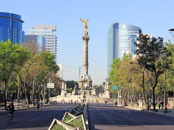 Camina por el paseo de la Reforma